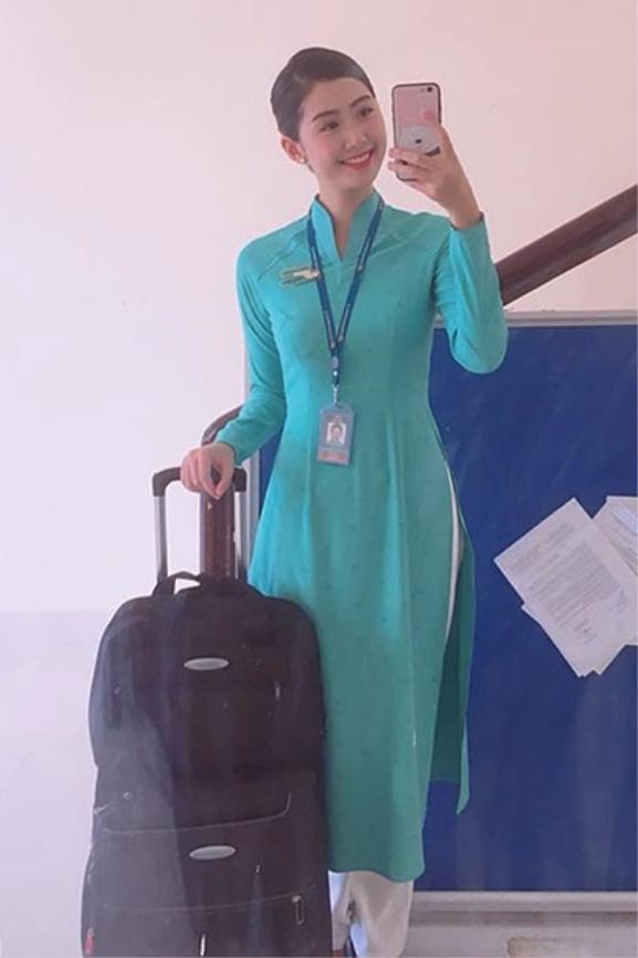 Ngọc Linh duyên dáng trong tà áo dài của hãng hàng không Việt Nam.