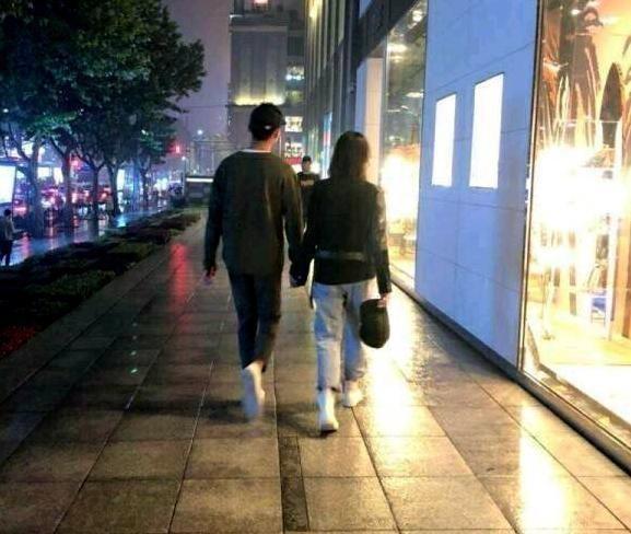 Dù Trịnh Sảng còn bận mải đóng phim, Trương Hằng vẫn thường xuyên đến thăm và theo sát bạn gái từ Nhật Bản về Trung Quốc.