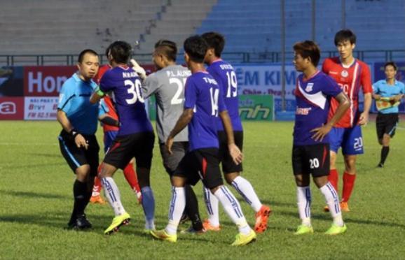 Trọng tài Phùng Đình Dũng bị rượt đánh hồi năm 2015 trên sân Gò Đậu.