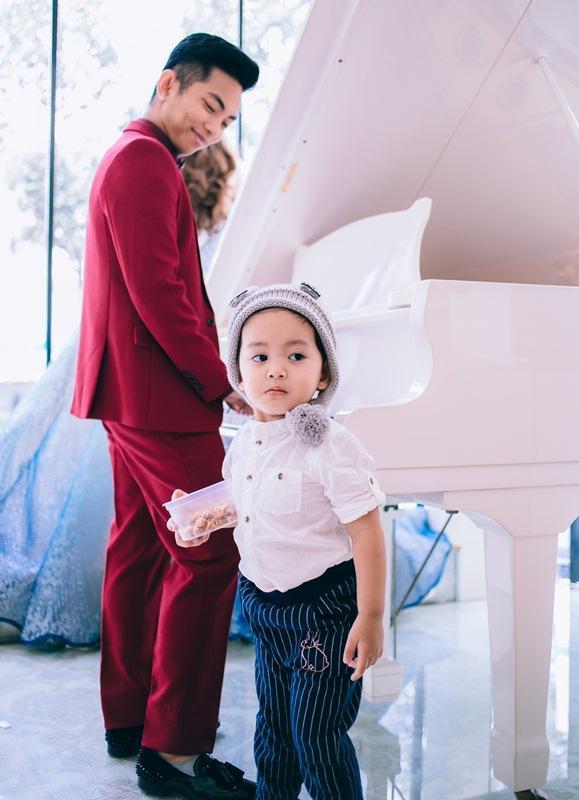 Dù nhỏ hơn Khánh Thi đến 12 tuổi, ông bố trẻ Phan Hiển vẫn luôn đảm đang phụ vợ chăm lo cho con trai rất chu đáo. Anh thường dành thời gian tâm sự cùng Kubi trong những lúc Khánh Thi bận đi làm hay đi diễn.