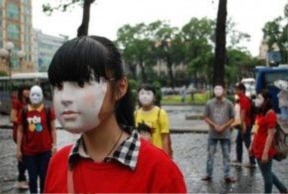 Đằng sau chiếc mặt nạ kia là gì?
