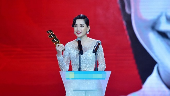 Giải thưởng Nữ diễn viên truyền hình được yêu thích nhất tại HTV Awards 2016 với vai diễn nữ chính trong phim Vẫn có em bên đời.