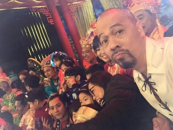 Selfie ngay khi đoàn phim chụp ảnh lưu niệm.