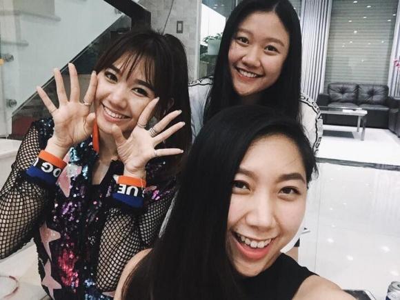 Khoảnh khắc vui vẻ của hai chị em cùng Hari Won.