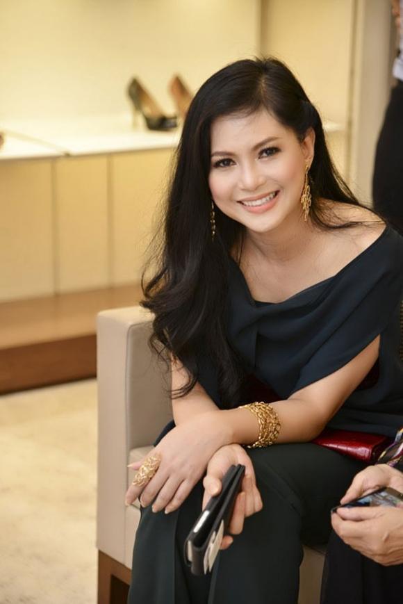 Chính nhờ trên những chuyến bay này, bà đã gặp được chồng bà hiện tại – doanh nhân Johnathan Hạnh Nguyễn.