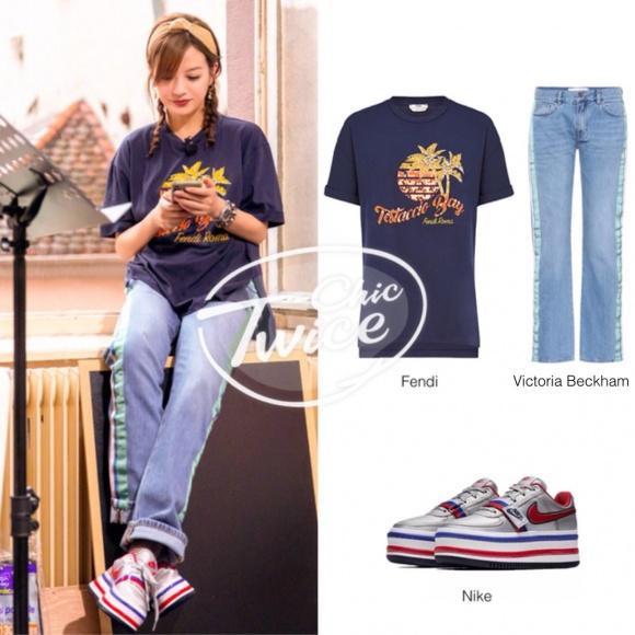 Để hóa thân thành cô gái tuổi đôi mươi như này, Triệu Vy đã chi 22 triệu đồng cho áo phông Fendi 22,1 triệu đồng với quần jeans Victoria Beckham 8,4 triệu đồng và sneaker Nike Vandal có giá gốc khoảng 2,8 triệu đồng.