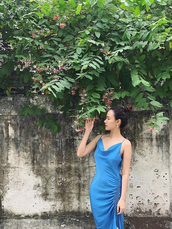 Chiếc váy xanh xẻ tà và thắt nút ý nhị, tôn vóc dáng nuột nà và độ gợi cảm của cô. Nhiều năm tham gia showbiz Việt, nữ diễn viên chỉ hướng đến phong cách nhẹ nhàng, thanh lịch.