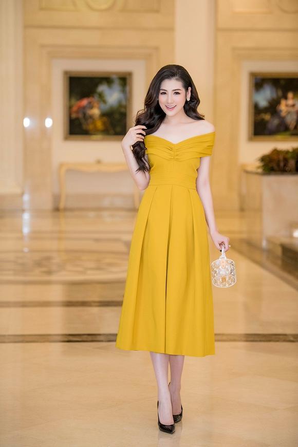 Tại sự kiện làm đẹp diễn ra tại Miền Bắc, Á hậu Hoa hậu Việt Nam 2012 diện chiếc đầm vàng rực khoe vai trần gợi cảm đầy nữ tính