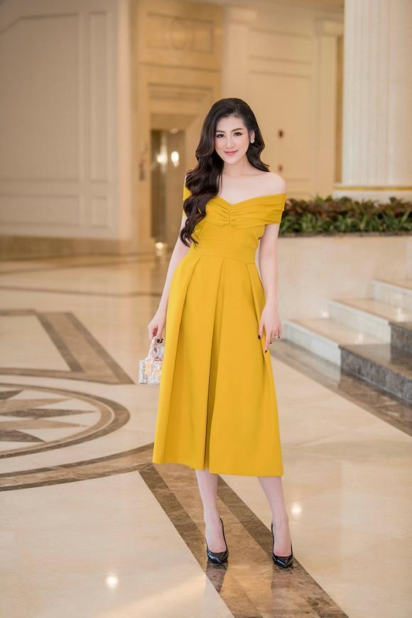 Dáng vẻ kiêu sa , đài cát trong bộ váy màu vàng nghệ tại sự kiện.Được biết, người đẹp Tú Anh rất chuộng những món đồ phụ kiện hàng hiệu nhỏ nhắn, xinh xắn và tinh tế.