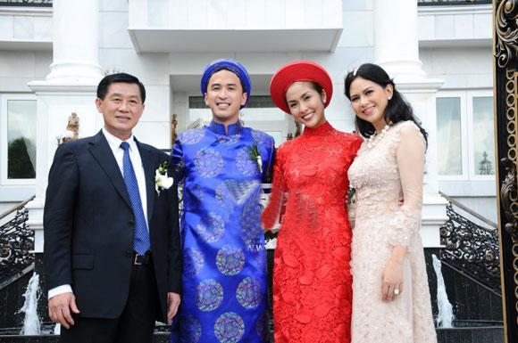 Tăng Thanh Hà chụp cùng bố mẹ chồng trong lễ cưới của cô với ông xã Louis Nguyễn