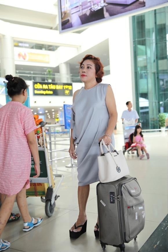 Mặc chiếc đầm suông màu xanh nhạt cùng hành lý đơn giản nữ ca sĩ gây ngạc nhiên khi trông vóc dáng vô cùng gọn gàng và nhan sắc cũng có phần trẻ trung hơn trước