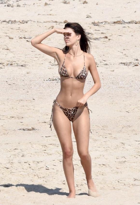 """Chân dài Camila Morrone có thân hình nóng bỏng được biết đến là bạn gái của Leonardo DiCaprio. body của người đẹp 9x trong bộ bikini siêu nhỏ họa tiết da báo khiến ai phải """"mê mẩn"""""""