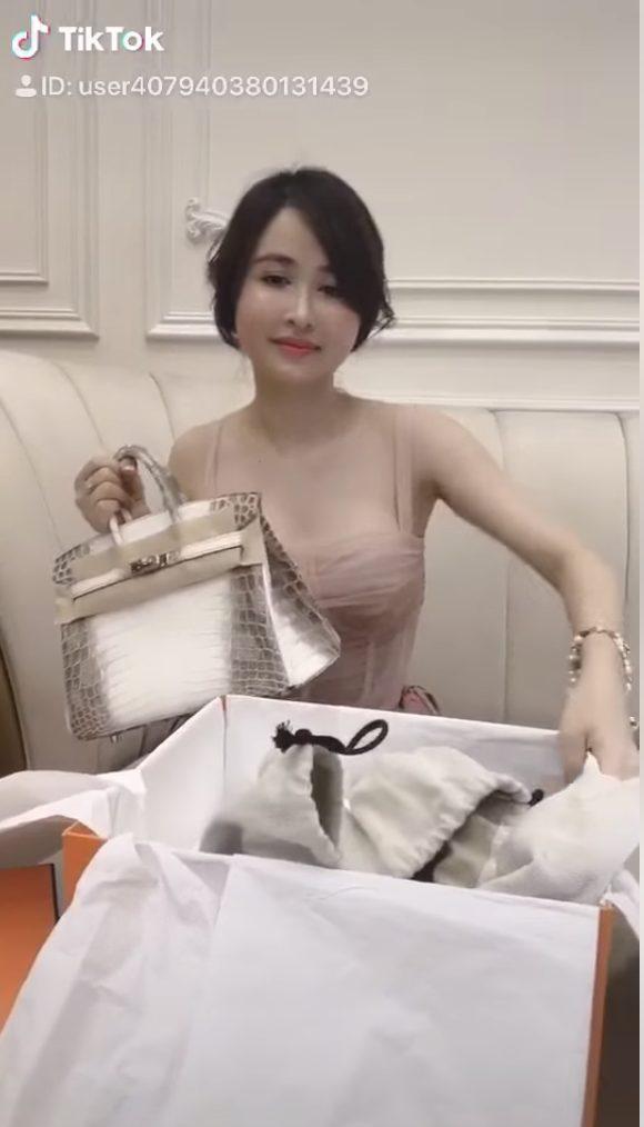 Vợ hai của Minh Nhựa thản nhiên đăng clip đập hộp túi Hermes chục tỷ giữa lúc đám cưới của con chồng đang diễn ra ảnh 3