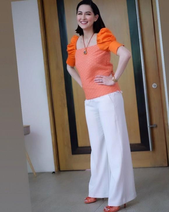 'Mỹ nhân đẹp nhất Philippines' còn lựa chọn mang đôi giày cao gót có màu cam đồng điệu với bộ cánh của mình