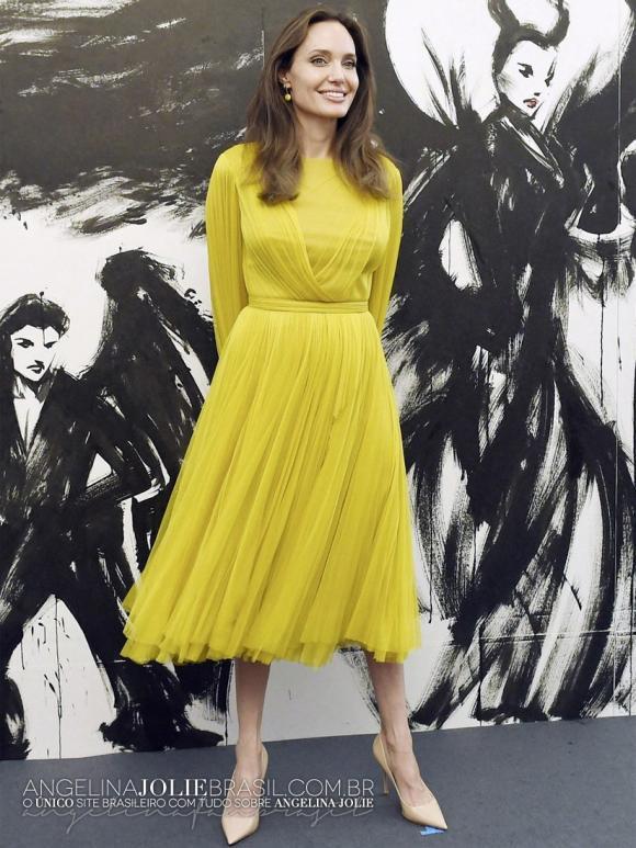 Angelina Jolie nữ tính, trẻ trung trong bộ váy vàng suông, dài tay mix tinh tế cùng đôi cao gót bít mũi tại sự kiện