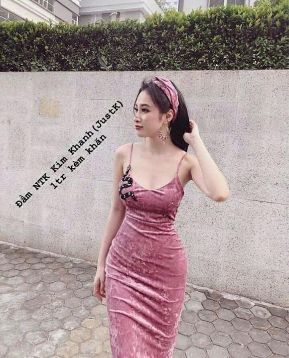 Mẫu váy nhung ôm sát, kèm khăn sang chảnh chỉ vỏn vẹn 1 triệu đồng.