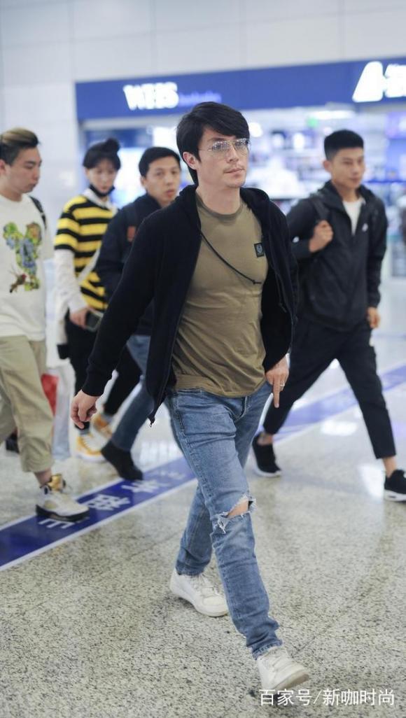 Hoắc Kiến Hoa để lộ thân hình phát tướng và gương mặt râu ria kém sắc ở sân bay vài tháng trước đây gây không ít sự thất vọng
