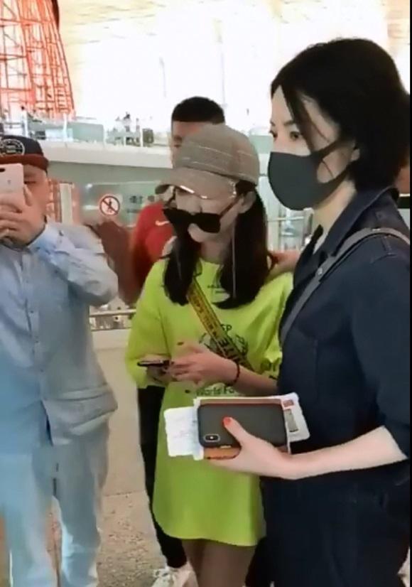 Lý Yên mặt 'không cảm xúc' khi được mẹ Vương Phi 'hộ tống' ở sân bay lên đường sang Thụy Sĩ du học trước đây