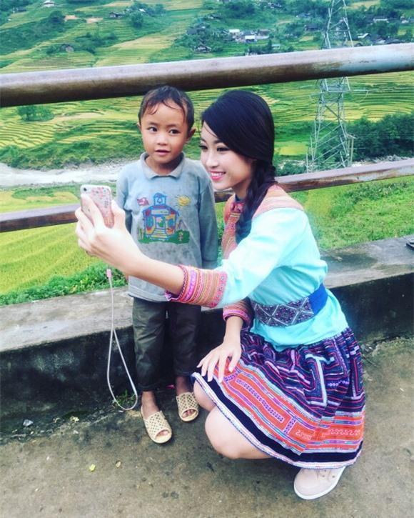 Trước đó, Đỗ Mỹ Linh cũng từng diện váy thổ cẩm xinh xắn hết nấc khi ghi hình cho một chương trình quảng bá du lịch Việt Nam.
