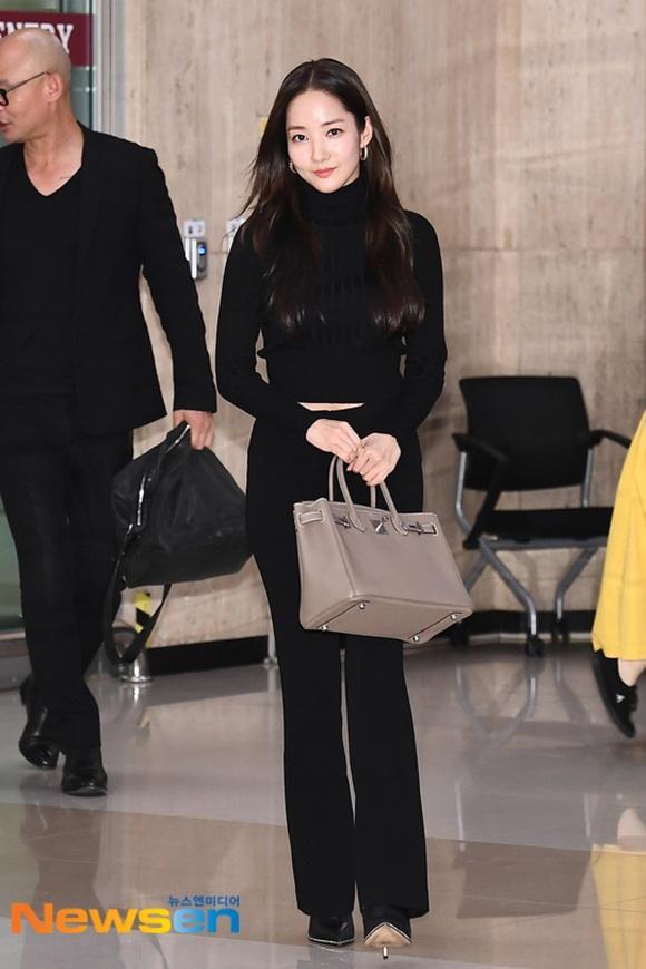Thậm chí, cô còn 'nổi như cồn' ở sân bay trong set đồ đen cùng chiếc túi Hermes sang chảnh có giá trị hàng trăm triệu đồng vào hồi tháng 10 vừa qua