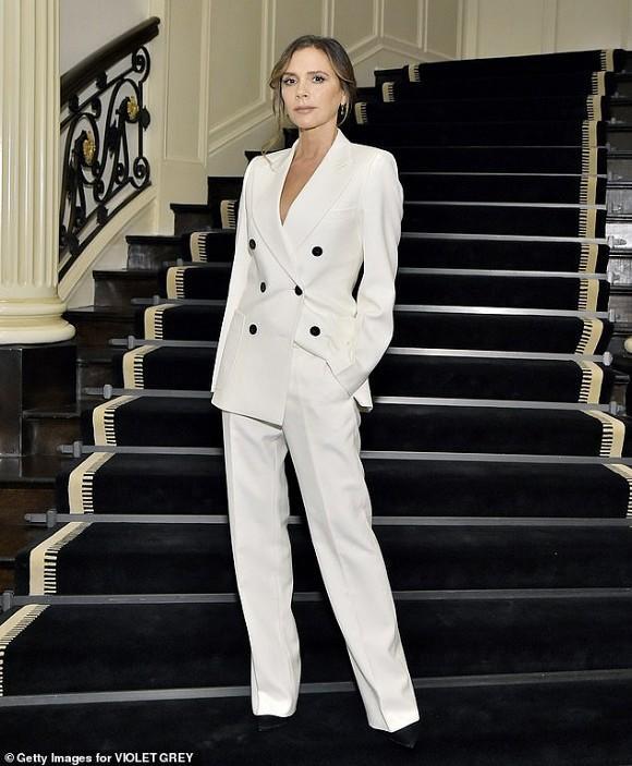 Victoria Beckham luôn xuất hiện trong những bộ suit mang đặc trưng riêng của cô với các tông màu đơn sắc.