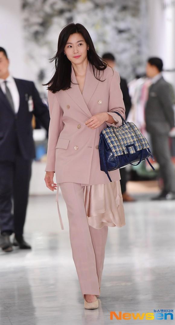 Trước đó, Jeon Ji Huyn từng diện thiết kế hao hao khi đi dự sự kiện thời trang.