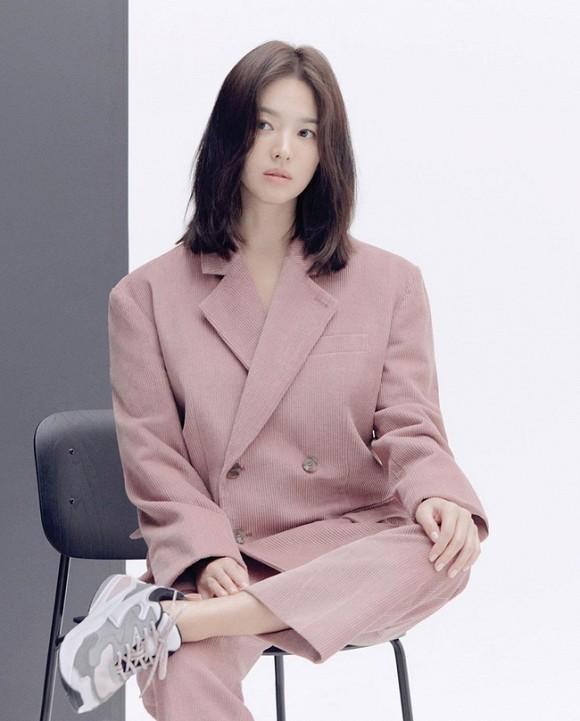 Hình tượng cool ngầu của vợ cũ Song Joong Ki khiến cư dân mạng thích thú