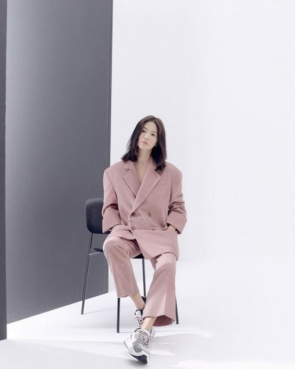 Bộ trang phục suit oversized màu hồng mà Song Hye Kyo mặc là tâm điểm chú ý của cư dân mạng, thiết kế suit được cô mix sành điệu với giày thể thao