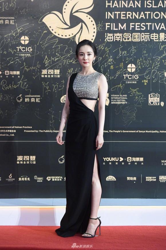 Dương Mịch trong kiểu váy cut-out mà đen, kiểu áo croptop màu bạc gắn liền với bộ váy khoe được phần eo thon và chân dài của cô trên thảm đỏ
