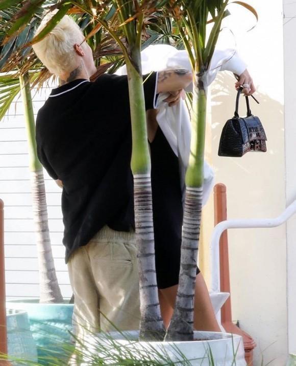 Thật ra thì Justin chỉ giúp vợ cởi áo khi thấy tiết trời chuyển nóng.