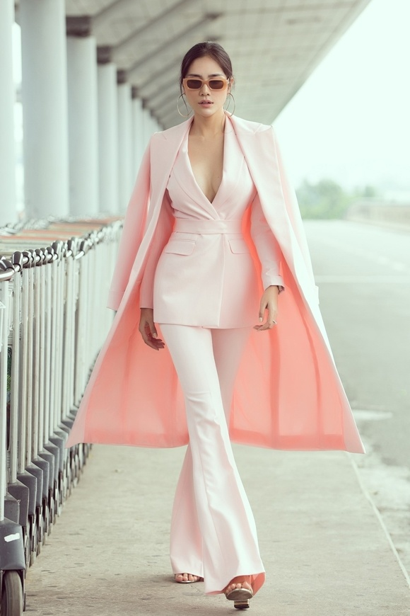 Á hậu Hoàng Hạnh xuất hiện nổi bật với suit hồng ngày lên đường thi Miss Earth.