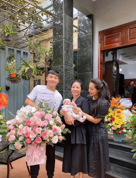 Bùi Tiến Dũng tặng hoa nhân ngày sinh nhật mẹ vợ