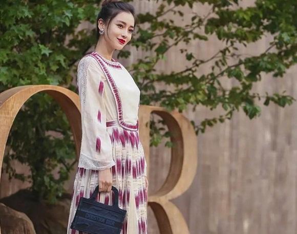Nữ hoàng thảm đỏ Cbiz xách kèm theo chiếc túi mini của Dior màu xanh đen cùng với set đầm