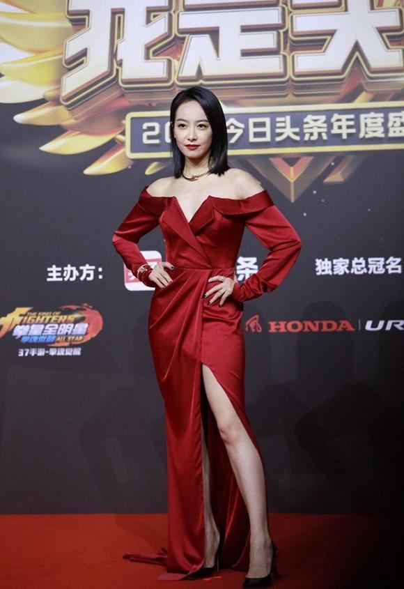 Cựu thành viên Victoria F(x) trong bộ váy đỏ cắt xẻ chân