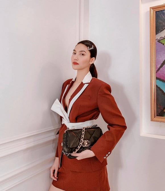 """Bà mẹ một con liên tục """"trưng dụng"""" kiểu túi này trong hầu hết các streetstyle hàng ngày của mình, đi kèm trong set đồ âu thanh lịch này,Lan Khuê còn nhấn nhá thêm kẹp tóc Chanel vô cùng dễ thương"""