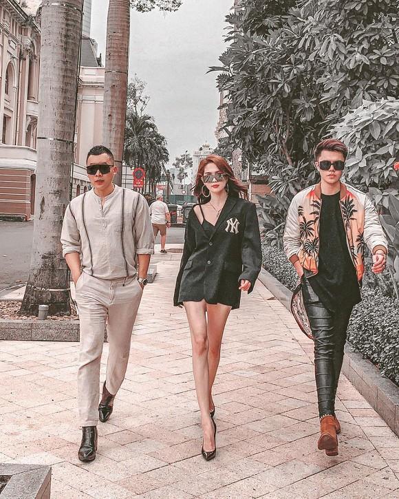 Ngọc Trinh trong thiết kế áo vest giấu quần sành điệu đeo kiếng đen và giày cao gót catwalk đầy sành điệu trong hình ảnh streetstyle mới nhất lộ đôi chân khá gầy guộc