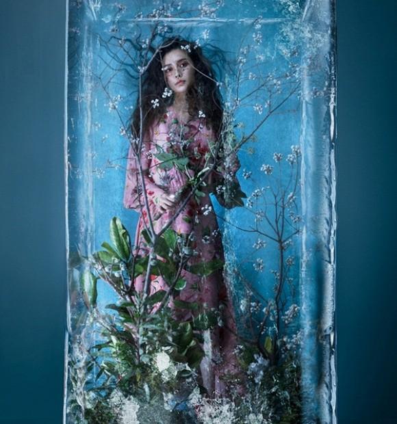 Trong bộ ảnh này , người đẹp ở trong một tảng băng và toàn thân đều phủ đầy hoa