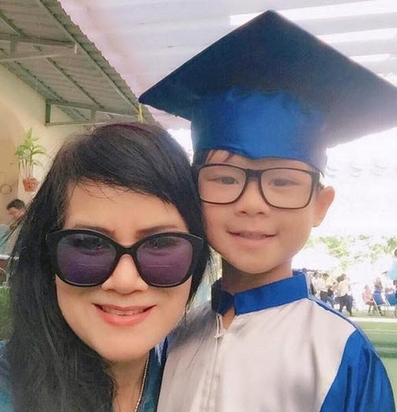 Mẹ của Minh Hà năm nay đã hơn 60 tuổi. Tuy nhiên, trông bà vẫn rất trẻ đẹp, hiện đại