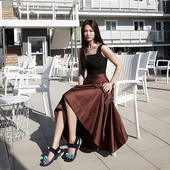 Thường thì loại sandals này đế giày được làm từ cao su nên tạo cảm giác thoải mái khi di chuyển.