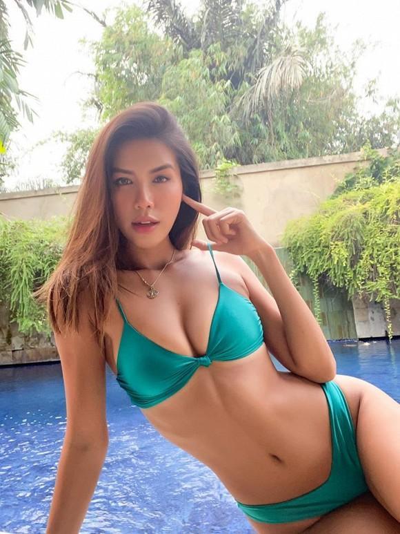 Do dịch Covid-19, Minh Tú bị mắc kẹt hơn 7 tuần tại Bali, Indonesia. Vì ở dài ngày tại Indonesia, Minh Tú đã mua đồ rẻ, đồ thanh lý để mặc. Mới đây, chân dài không ngại khoe diện bikini từ 150 nghìn đến 300 nghìn. Dù chẳng phải bikini đến từ các thương hiệu nổi tiếng nhưng khi Minh Tú mặc vào người trông cô vẫn gợi cảm và đầy thần thái.