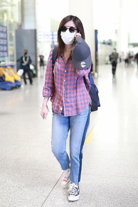 """Và hình ảnh mới nhất khi """"Tiểu Yến Tử"""" diện bộ cánh cũ kĩ, luộm thuộm với chiếc áo sơ mi khá nhàu ra sân bay."""