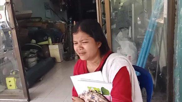 Wilawan Pitpan, 32 tuổi, khóc nghẹn sau cái chết của con trai.