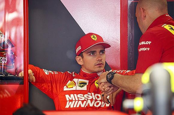 """""""Thật thất vọng khi lái một chiếc Ferrari mà không qua được vòng loại, càng cay đắng hơn khi chuyện đó xảy ra ngay tại quê nhà"""" Charles Leclerc tỏ vẻ bực tức."""