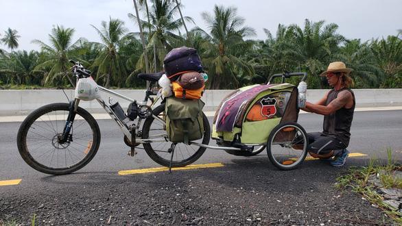Anh Nguyễn Hoa Việt gia cố lại chiếc xe đẩy mà anh mang theo trong hành trình chạy bộ 4.500km – Ảnh: NVCC.