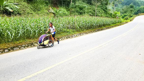 Anh Nguyễn Hoa Việt trên một cung đường trong hành trình chạy bộ đến Singapore – Ảnh: NVCC