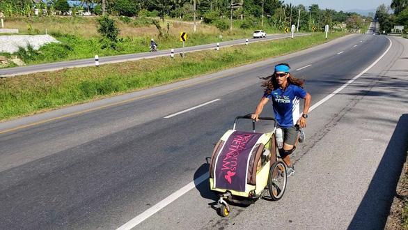 Nguyễn Hoa Việt trên đường chạy 4.500km từ Hà Nội đến Singapore – Ảnh: NVCC
