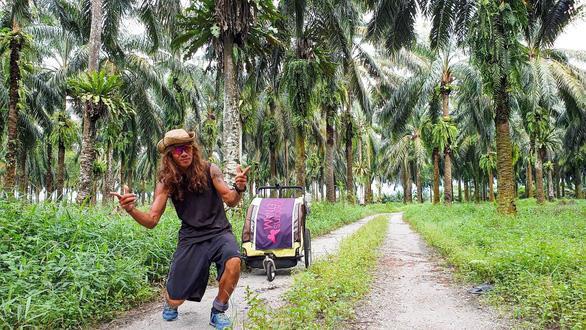 Phút giây vui đùa của Nguyễn Hoa Việt trên đường chạy- Ảnh: NVCC