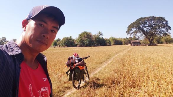 Anh Lê Hoàng- người đạp xe đồng hành khi anh Việt chạy bộ từ HN- Singapore- Ảnh: NVCCDị nhân trên đường chạy
