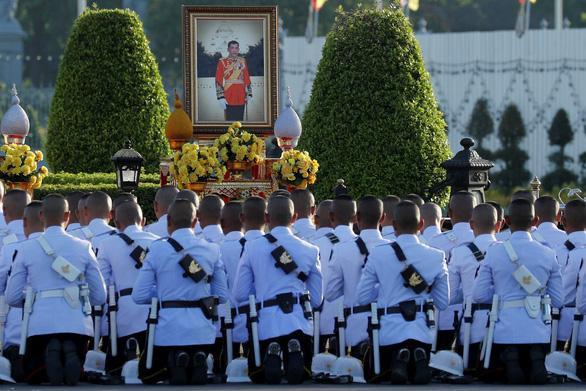 Vệ sĩ Hoàng gia Thái Lan cầu nguyện trước bức chân dung của Vua Maha Vajiralongkorn trước ngày đăng cơ của Nhà vua ở Bangkok - Ảnh: REUTERS