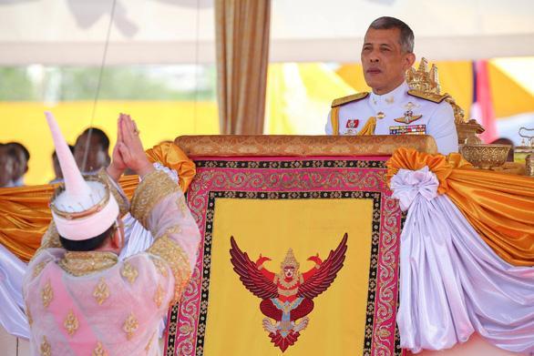 Nhà vua Maha Vajiralongkorn tham gia lễ cày ruộng hoàng gia Thái Lan - Ảnh: REUTERS